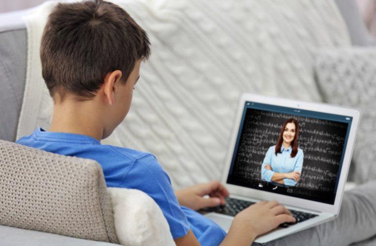 Школьников из нуждающихся семей обеспечат техникой для учёбы онлайн