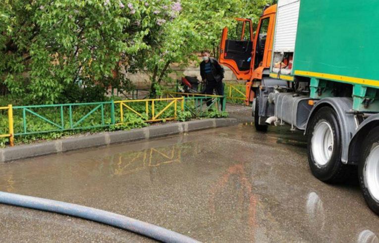 Коммунальщики ликвидируют последствия проливных дождей