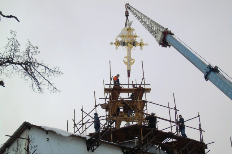 В Звенигороде восстановили крест на куполе Успенского собора на Городке